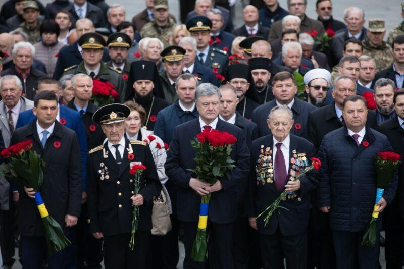«Ряженые»: Порошенко подверг критике акцию «Бессмертный полк»