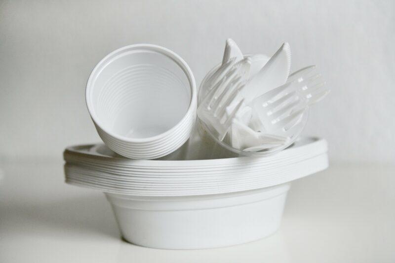 В России готовятся ввести запрет на пластиковую посуду