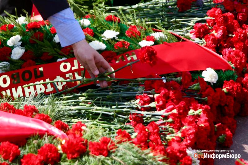 В Волгограде более 400 человек приняли участие в церемонии возложения цветов погибшим воинам