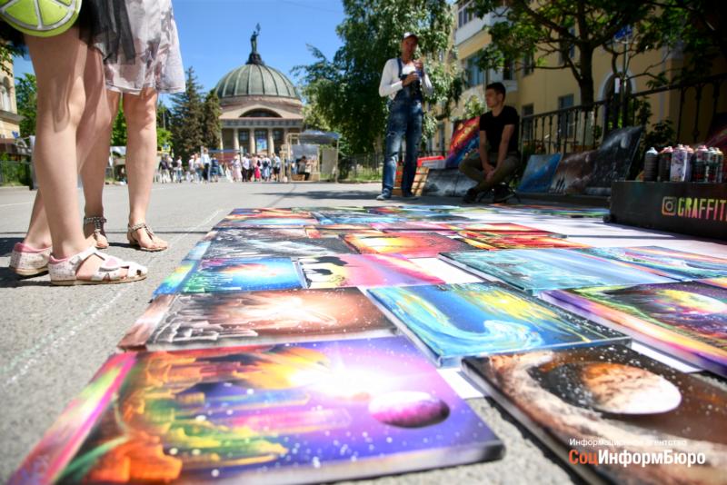 В Волгограде художники заполонили улицу Мира