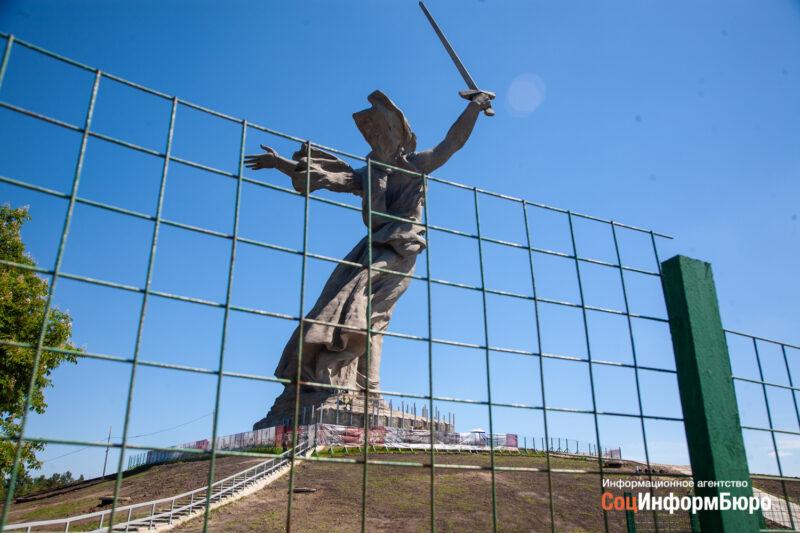 Скульптуру «Родина-мать зовет!» начали одевать в строительные леса