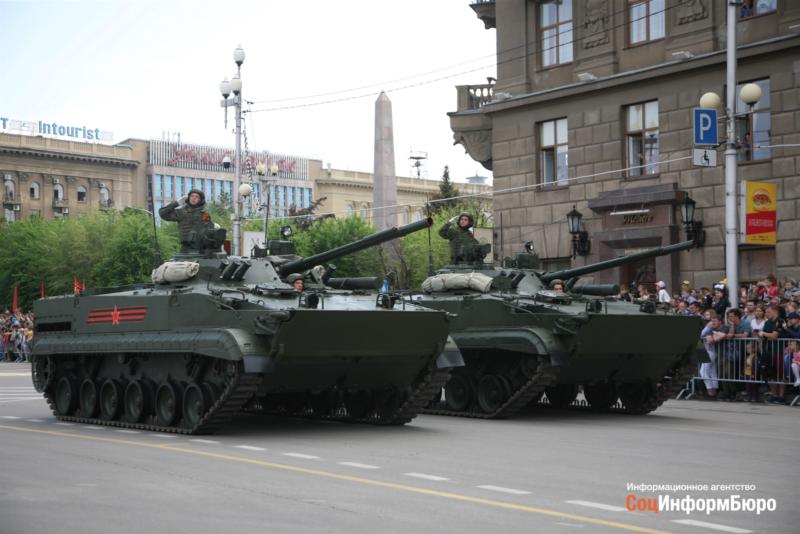 Залп пушек и концерт военного оркестра: как прошёл Парад Победы в Волгограде
