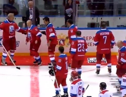 Президент Владимир Путин упал, приветствуя зрителей матча Ночной Хоккейной Лиги. ВИДЕО