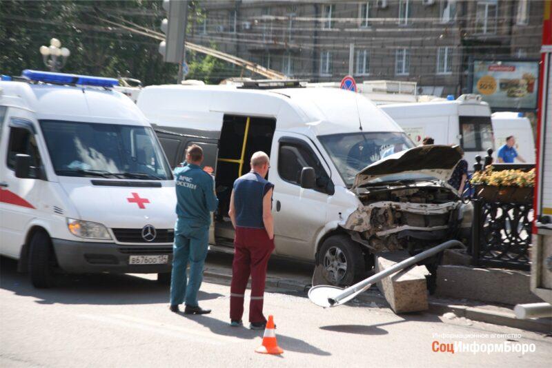 В центре Волгограда столкнулись маршрутка №15С и Daewoo Matiz