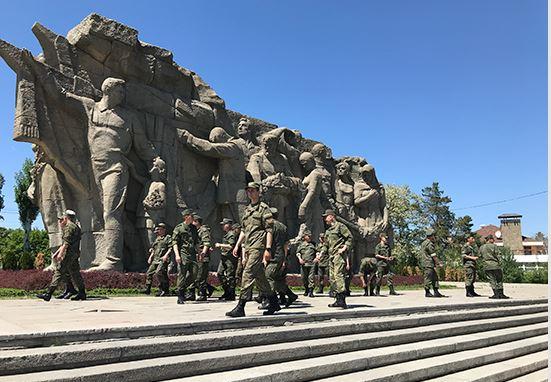 Участники «Танкового биатлона» и «Суворовского натиска» АрМИ-2019 посетили Мамаев курган