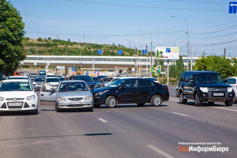 Водитель на черной «Kia» устроил пробку под «танцующим» мостом