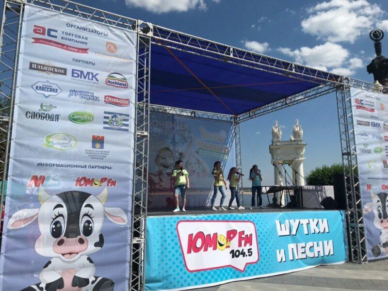 Молочные реки на Центральной набережной: в Волгограде проходит День молока