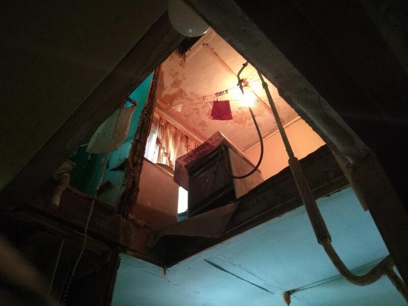 Прокуратуру попросили оценить ситуацию с обрушением потолка в доме на улице Олимпийской в Волгограде