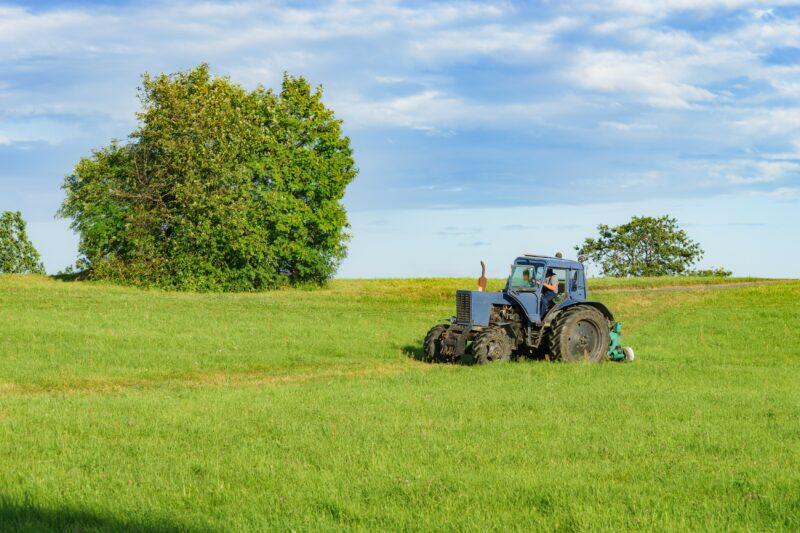 В Волгоградской области 32-летний тракторист погиб, упав при покосе сена в балку