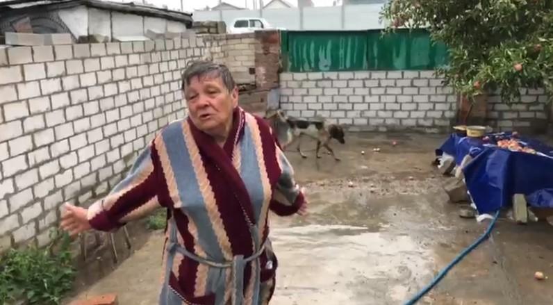 «Куда мне деваться, не знаю!»: дожди и дороги сделали заложницей одинокую 70-летнюю волгоградку