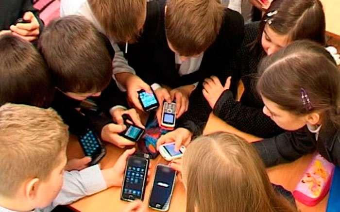 Матвиенко предложила запретить мобильные телефоны в школах
