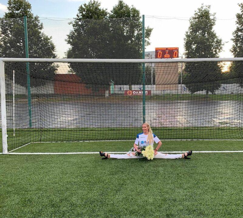 Волочкова села на шпагат в футбольных воротах
