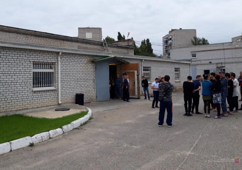 В Волгограде на производстве консервных крышек задержали 20 нелегалов