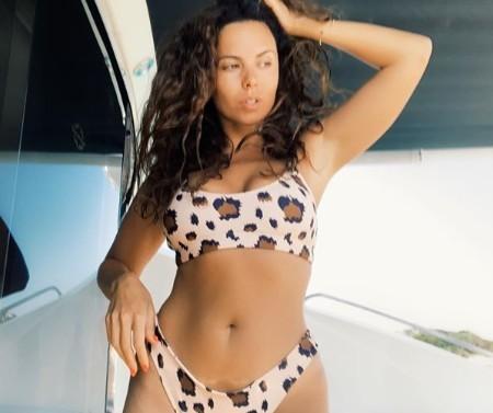 «Это уже не секс»: 32-летнюю Настю Каменских раскритиковали за фото в леопардовом купальнике