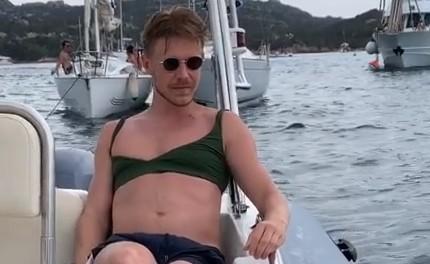 «По очереди носим»: 31-летний Никита Ефремов примерил женский купальник