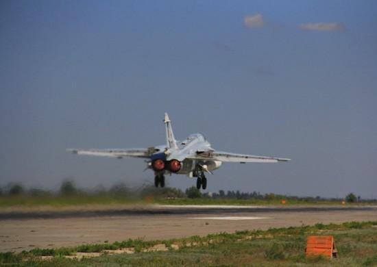 Волгоградские летчики Су-24М уничтожили ангары условного противника