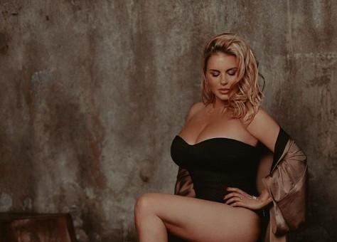 «Приложись к моей груди»: 39-летняя Анна Семенович решила спасать мужчин глубоким декольте