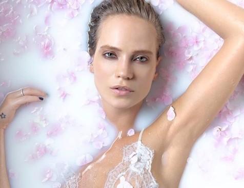 33-летняя Глюкоза поделилась секретами поддержания красоты из молочной ванны