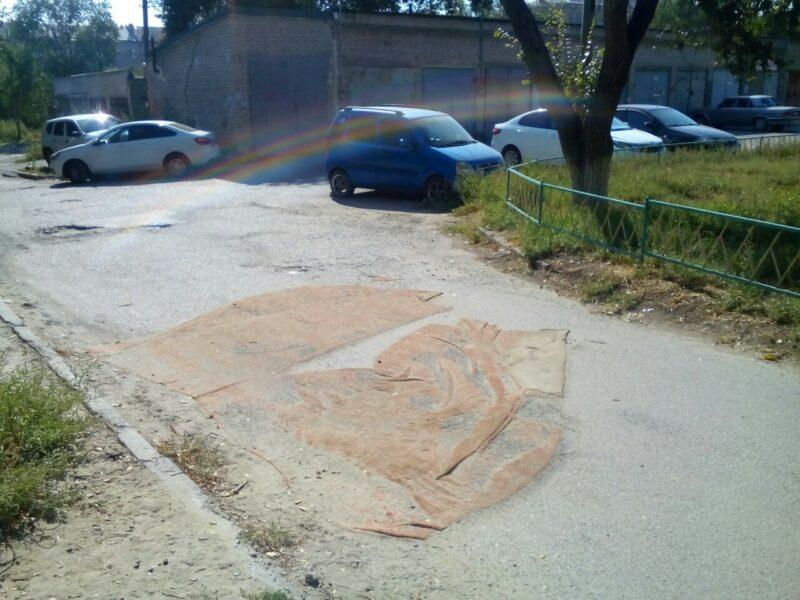 Жители Краснооктябрьского района залатали яму во дворе коврами