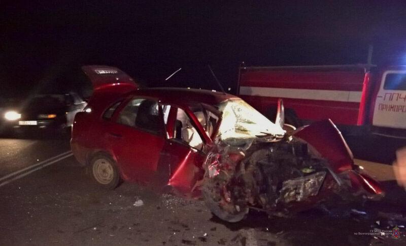 В Волгоградской области при лобовом столкновении автомобилей пострадало пять человек, один погиб