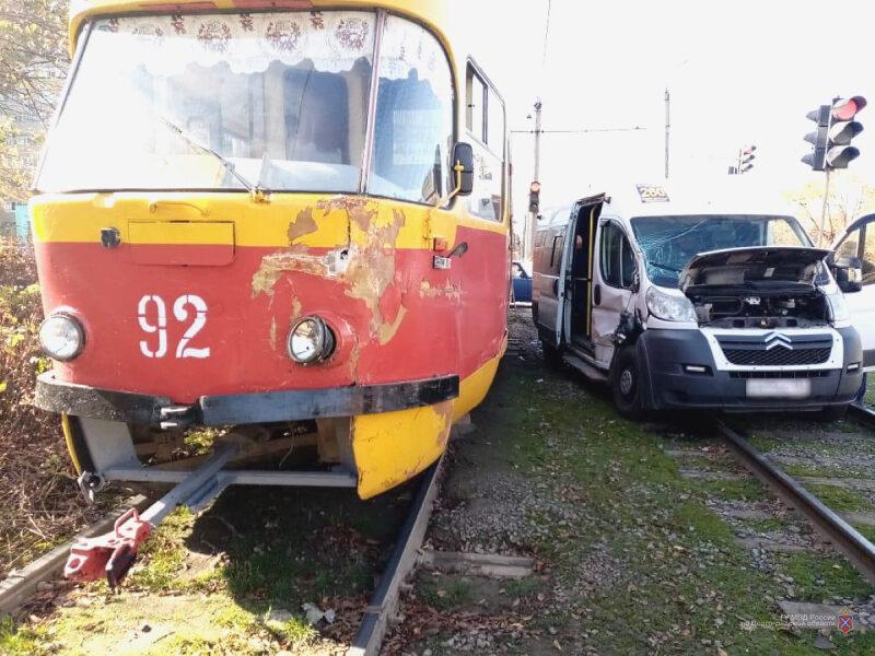 В Волжском маршрутчик протаранил трамвай