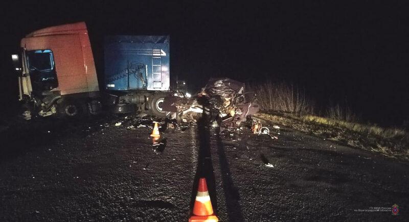 """В страшном столкновении """"Жигулей"""" и грузовика погиб 35-летний мужчина"""