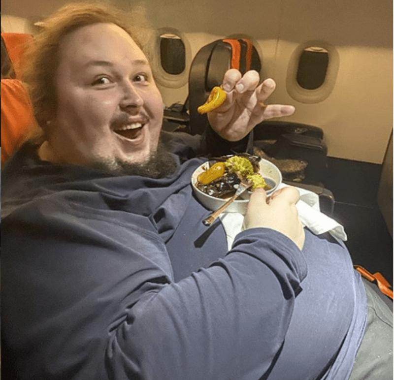 200-килограммовый сын Никаса Сафронова застрял в туалете самолета
