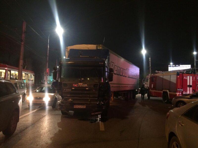 На площади Возрождения грузовик на полном ходу протаранил 10 машин