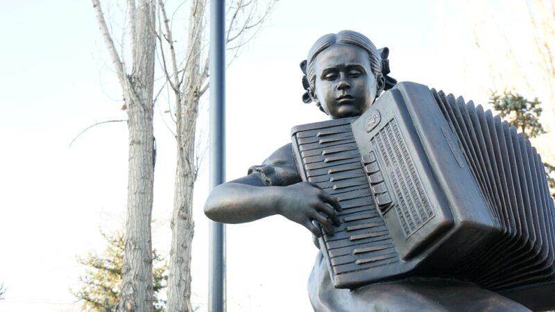 В сквере Пахмутовой открыли скульптуру «Девочка с аккордеоном»