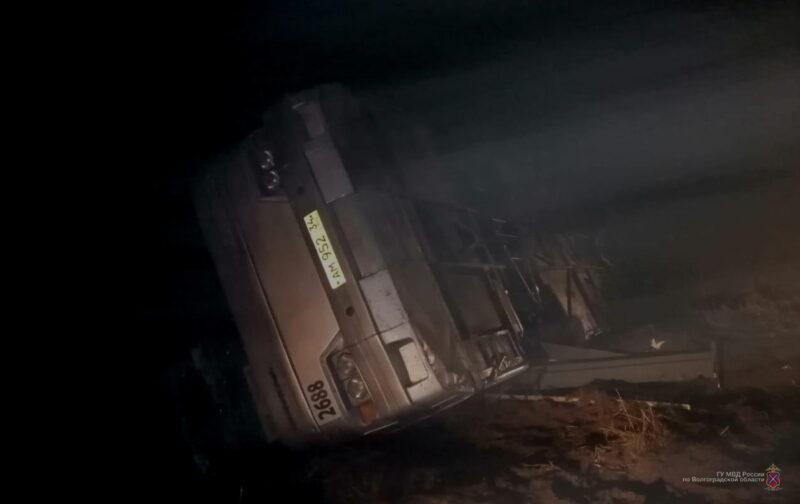 Под Волгоградом перевернулся автобус с пассажирами