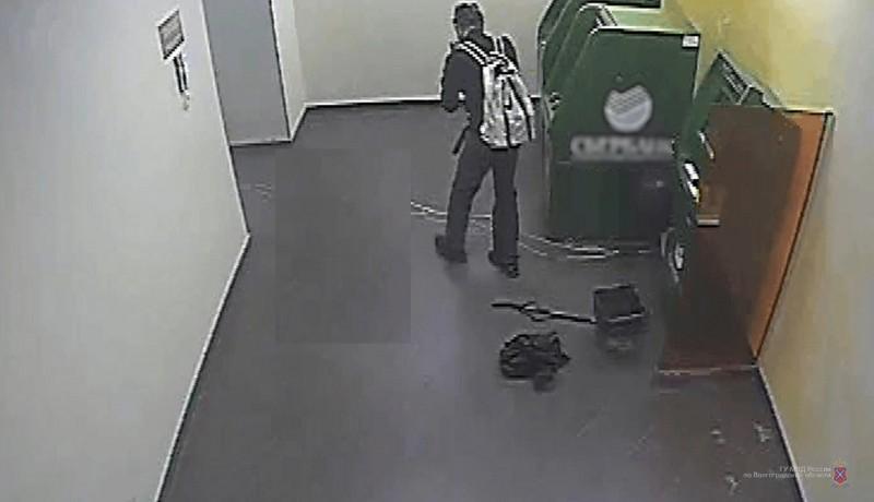 В Волгограде продолжают искать дерзкого мужчину, подорвавшего банкоматы «Сбербанка»