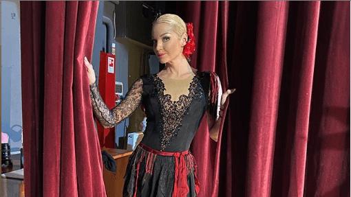 «Не закулисье, а захолустье»: Волочкову загнобили за фото в рваном костюме с рваными кулисами