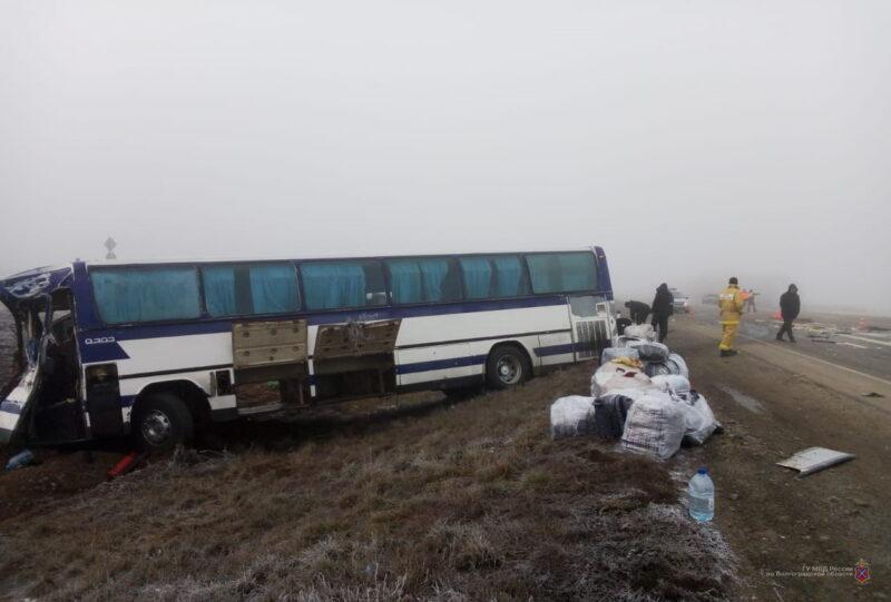 На трассе под Волгоградом автобус слетел в кювет