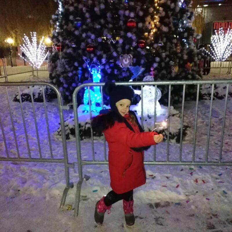 На главной ёлке Кировского района в первые же дни разломали декоративное оформление