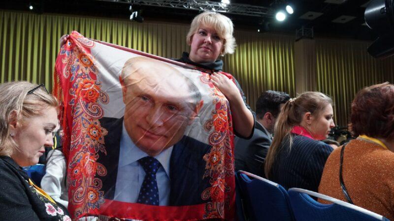 «Похлопать по спине»: Зачем журналисты приехали на пресс-конференцию Путина