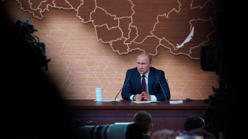 Путин предложил несколько версий, как увеличить зарплату медикам