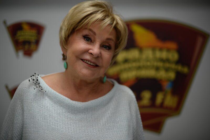 77-летняя Ангелина Вовк снялась в ванне в пестром купальнике