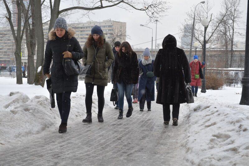 Осторожно, гололед: минусовая температура проводит волгоградцев в понедельник на работу