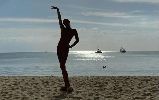 «Баба с веслом»: 43-летнюю Волочкову раскритиковали за фото в купальнике на пляже