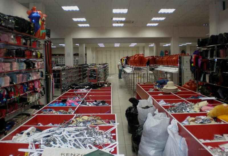 В крупном эконом-магазине под Волгоградом незаконно продавали одежду