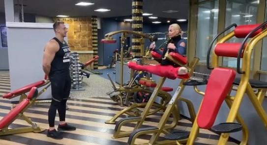 44-летняя Анастасия Волочкова показала свою растяжку молодому тренеру