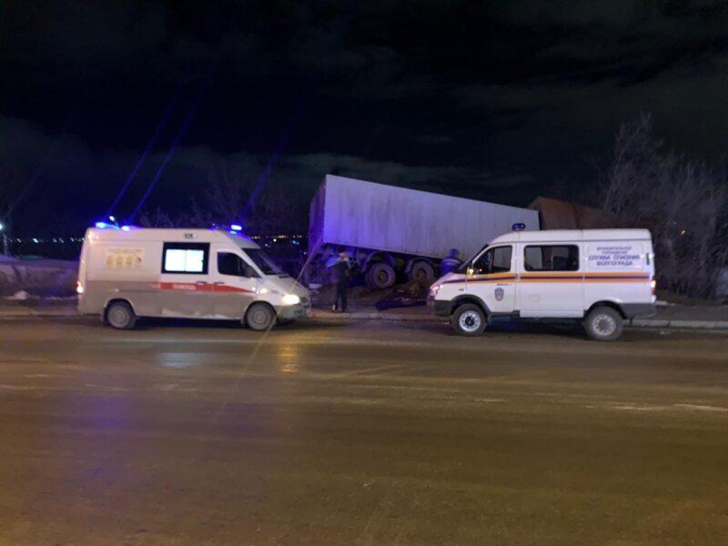КАМАЗ с прицепом потерял управление в Ворошиловском районе