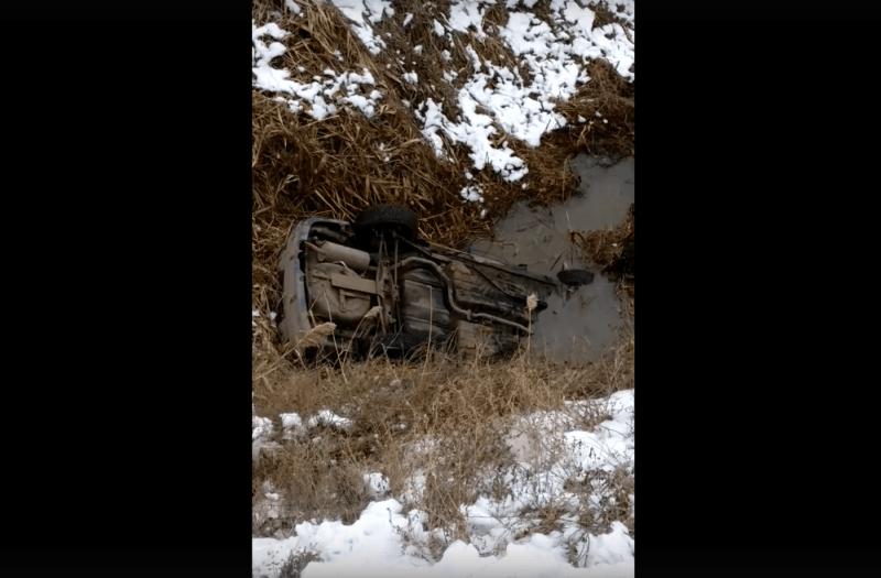 В Волгограде легковушка слетела в глубокий овраг