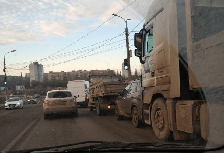 При въезде в Волгоград на «Волжской ГЭС» огромная пробка