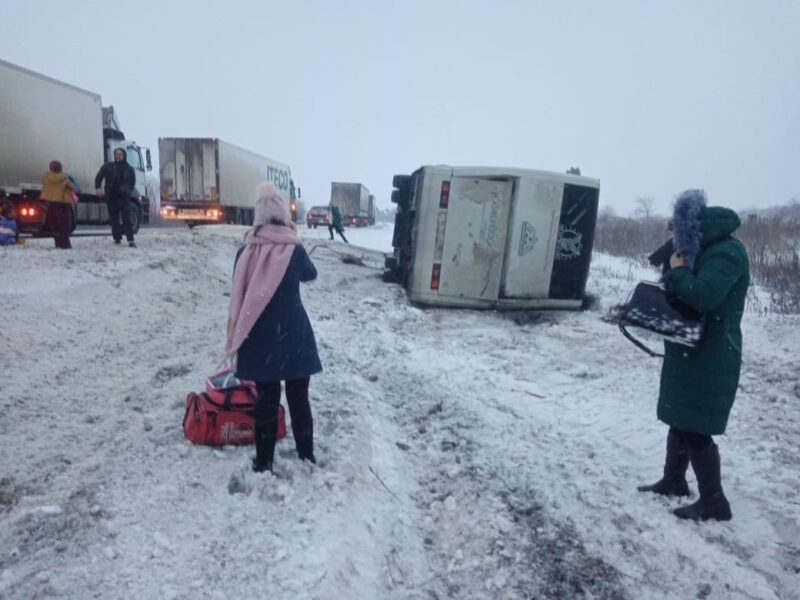 Под Волгоградом в кювет упал автобус с пассажирами