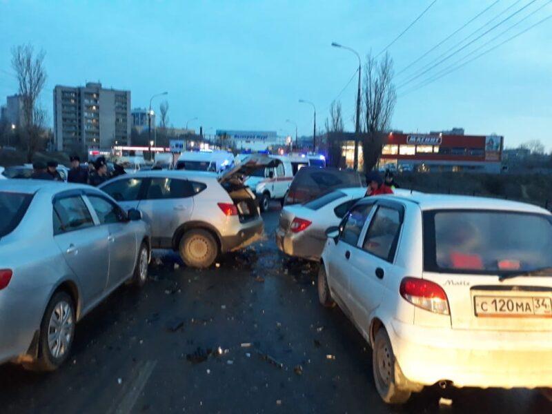 Массовая авария заблокировала дорогу в центре Волгограда