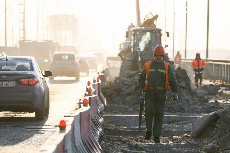 Рабочие ремонтируют Волжскую ГЭС в две смены