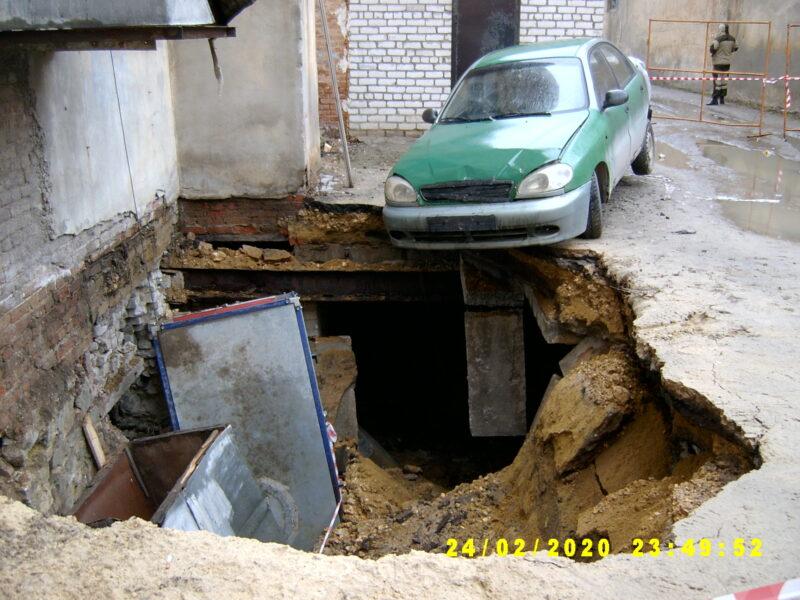«Была паника»: огромный провал у жилого дома в Волгограде третьи сутки остается без внимания