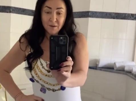 «Выставила свое брюхо!»: 56-летняя Лолита смутила пользователей видом в белом купальнике