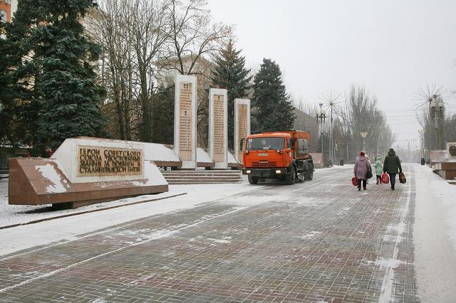 Волгоградка попала под снегоуборочный «КамАЗ» в центре города